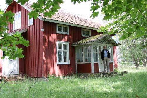 Mike Lindstedt in front of his grandfather's house in Brålanda, Moryr